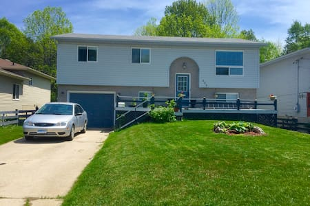 Private room, single bed in town - Wiarton