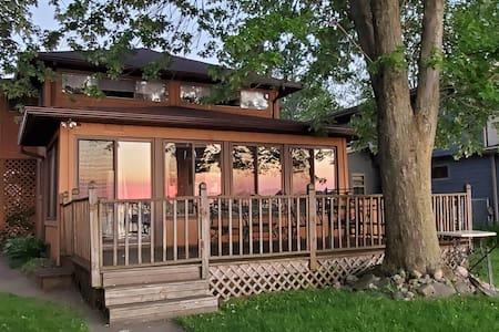 Sunset View on Devils Lake- Waterfront, Sleeps 10