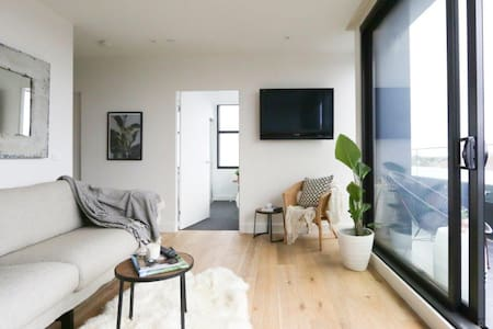 New, light apartment - heart of leafy Elwood. - Daire