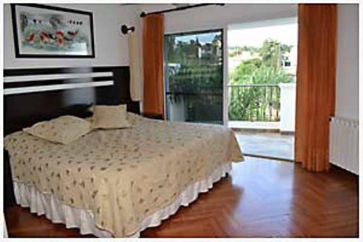 Dormitorio cama king size con salida al balcòn.
