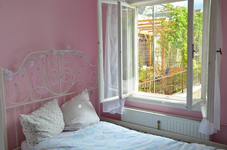 Sonniges, ruhiges Zimmer in einer Altbauwohnung
