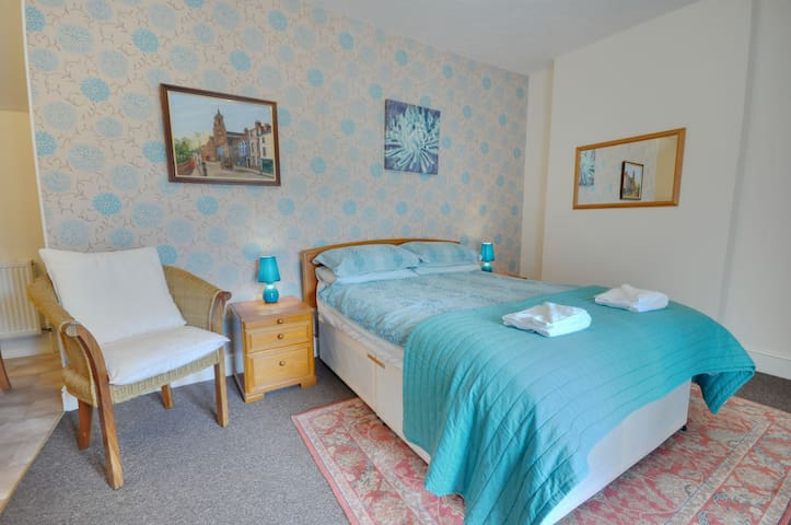 4 The Coach House: Close to Beach, 1st Floor, Studio, Off Road Parking, WIFI