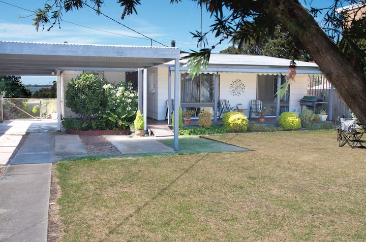 Picturesque Gippsland Lakes home - dog friendly