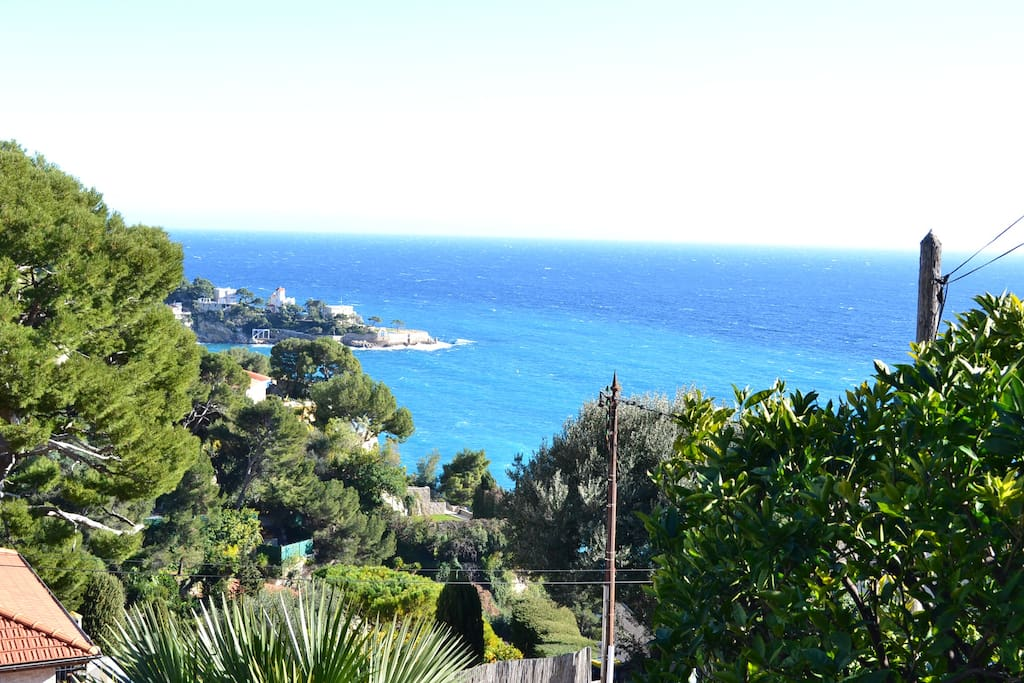 Front terrace: Pointing the horizon and overlooking the deep blue sea on the bay of Eze.
