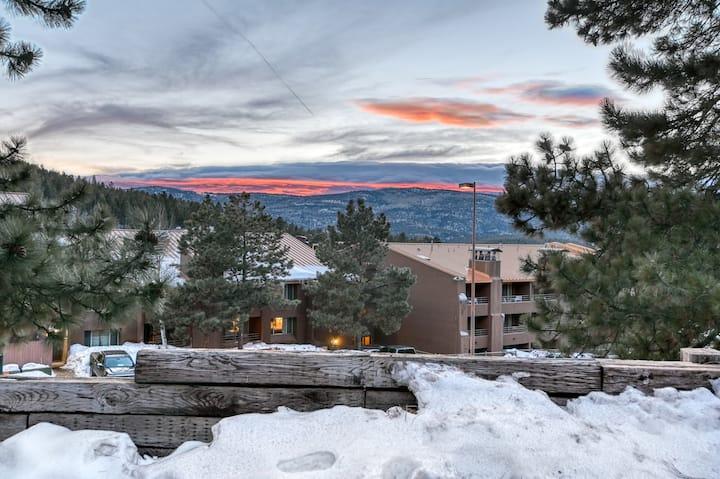Cozy condo with balcony, free WiFi, & wood burning fireplace - walk to lifts!