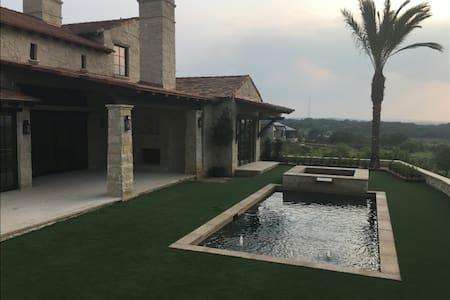 Gorgeous Villa-4 BDRM, 9 Beds, Pool & Golf - Horseshoe Bay - Casa de campo