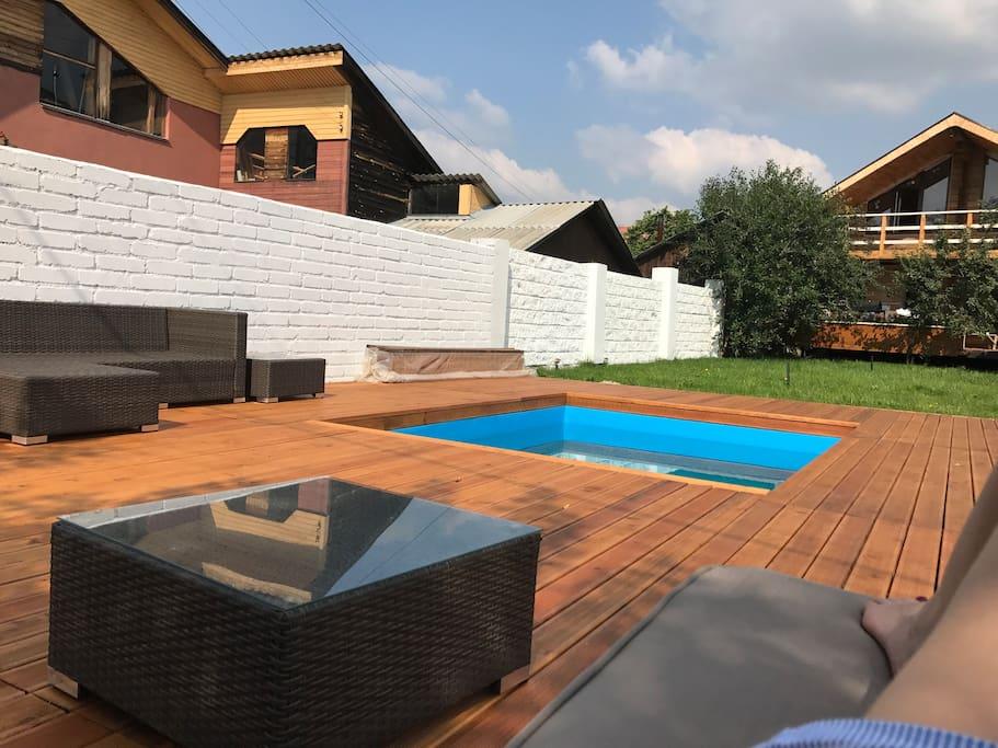 Летний бассейн и зона для отдыха