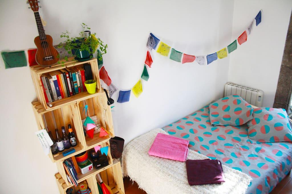 Otra foto de la cama y la estantería!