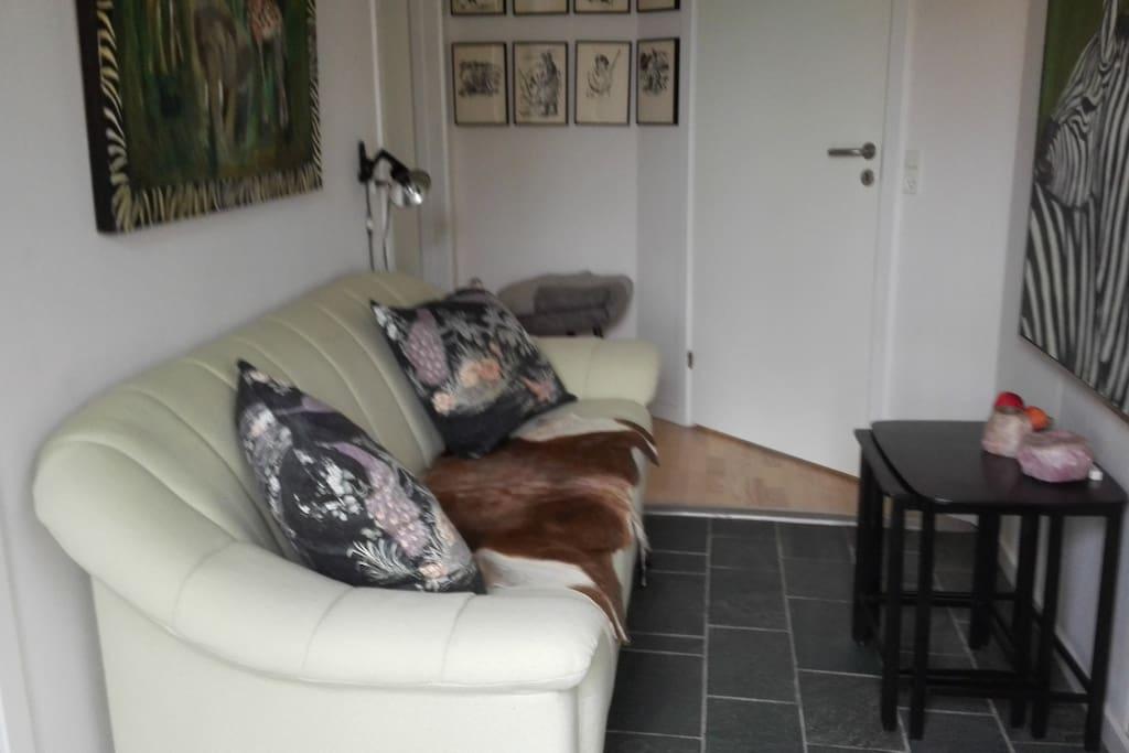 Forstue med sofa og bord