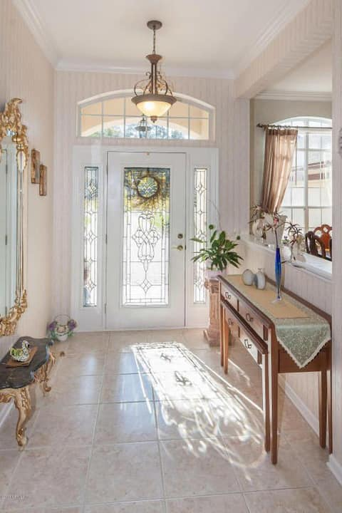 Private suite & bath in beautiful Country Club