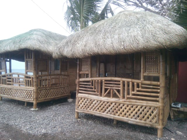 Bamboo house on magnetic beach - Катмон - House