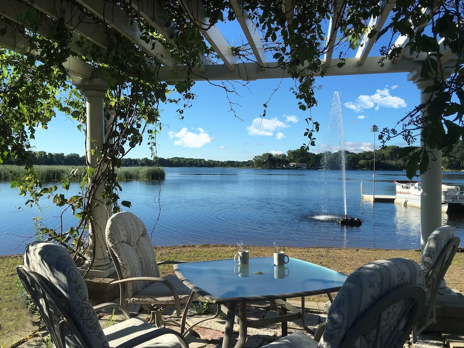 lakeside dining or lounging (the perfect spot for takeout!) or savor that morning coffee.