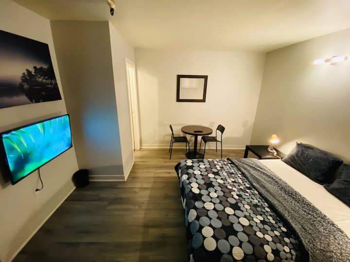 Comfy Bedroom Private Bath SmartTV DowntownToronto