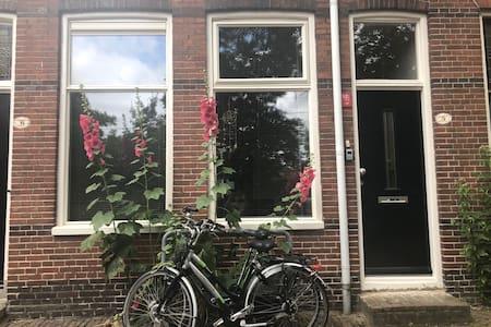 Schipperswoning centrum Groningen, incl. 2 fietsen