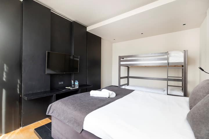 Family room (4 persons) with a bunk bed & double bed in the city centre of Amsterdam.