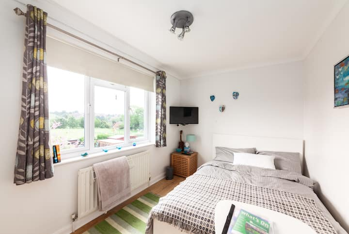 Bright double room with garden view, TV &  parking