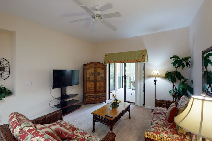 2nd floor condo w/ shared pools, balcony, sauna, gym, hot tub, near theme parks