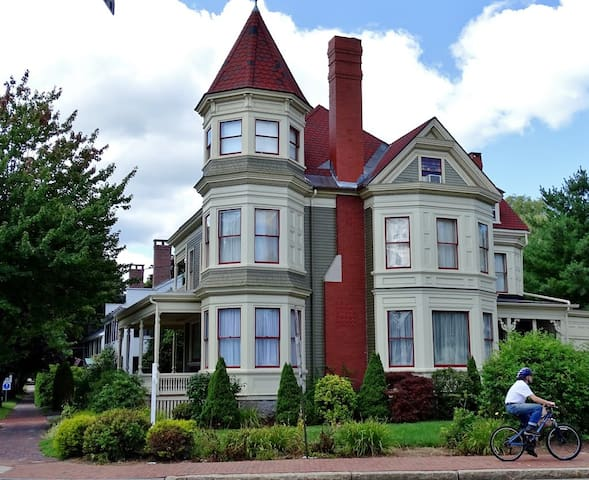 The Gregory house, close to beaches & Portland