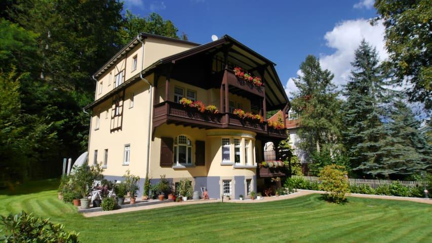 Ferienwohnung mit Balkon in idyllischer Villa