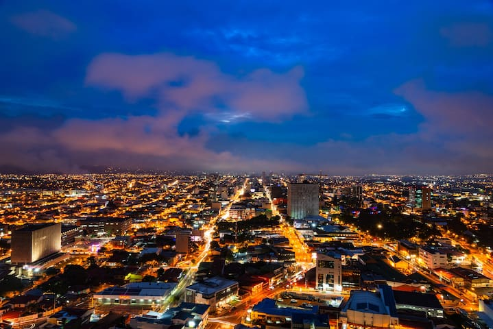 A view of San José by night from the 29th floor. There are various lounge rooms on the 29th floor. Guests can make use of this for free.