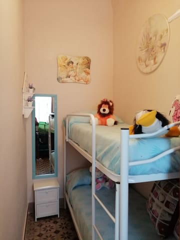 Questa è la cameretta con peluche e giochi per i bimbi più piccoli, in questa stanza c'è anche una scrivania con stampante.