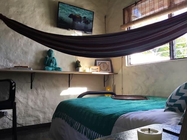 The Pineapple Room: Tropical Oasis in San José