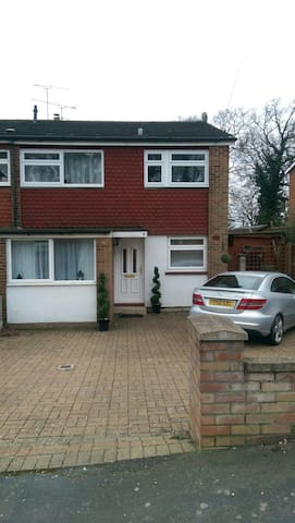 Family home - Frimley - Casa