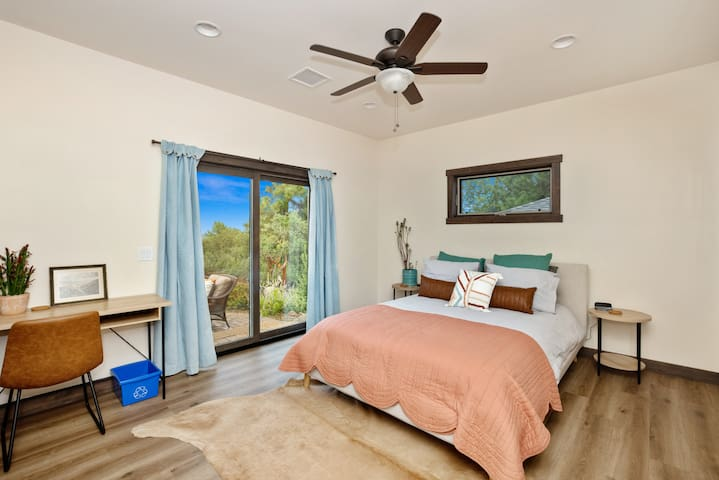 Master Bedroom with desk and fast Wifi