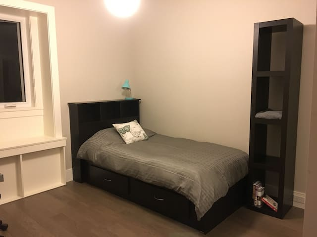 Room + breakfast in new house in convenient area