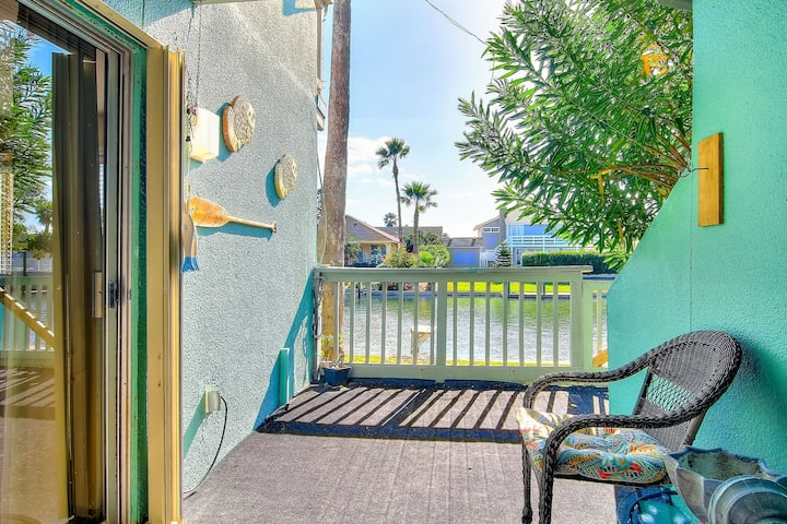 Waterfront condo w/ a shared pool, dock, & great views - close to beaches!