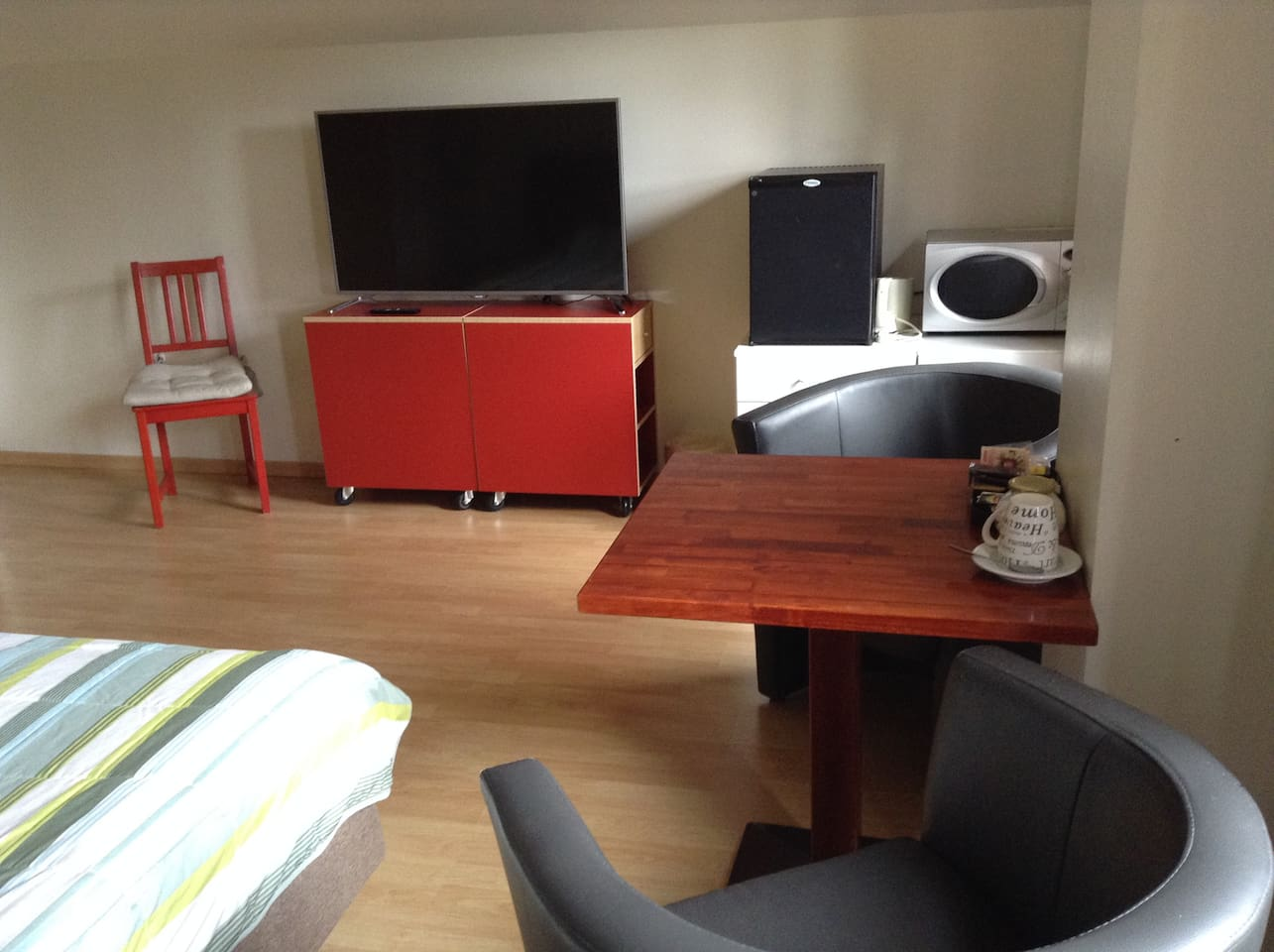 Sitting room with minibar and microwave, dishes  internet. One kingsize bed