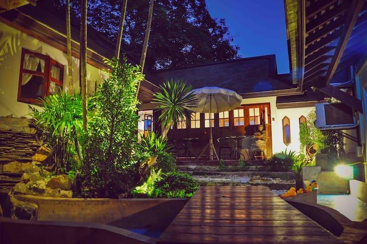 【家庭亲子游市区】&独特柚木别墅&私人园林/宁曼路/网红滑梯咖啡店隔壁