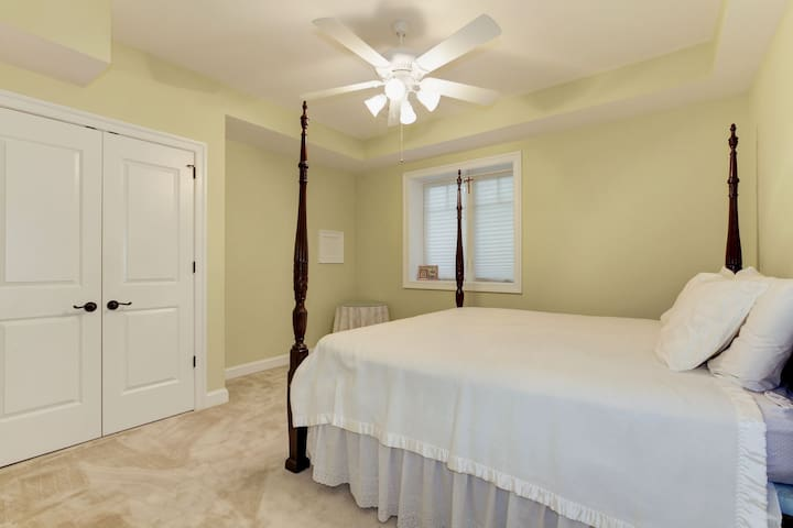 Large guest bedroom with Kingsize bed