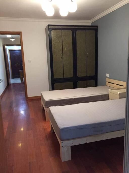 复古4门大衣柜+实木地板