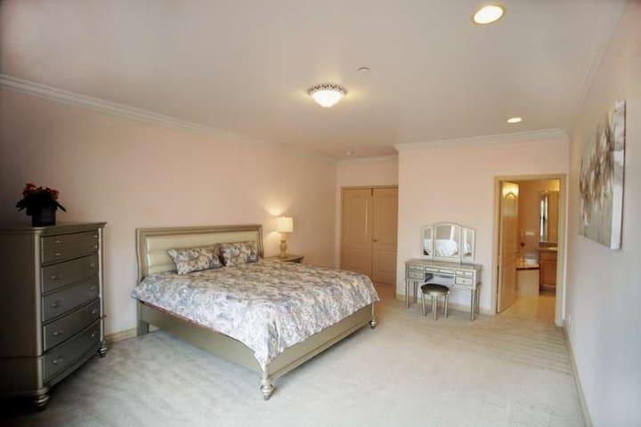 洛杉矶.亚凯迪亚 . king size超大床+独立干湿分离卫生间+超大衣帽间   如家~全新套房