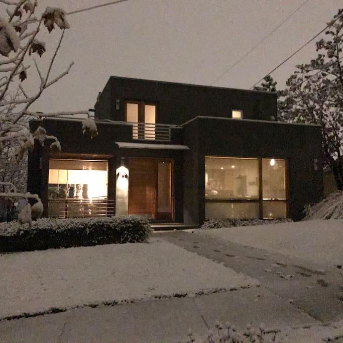 Beautiful Modern Home in Great Salt Lake Neighborhood