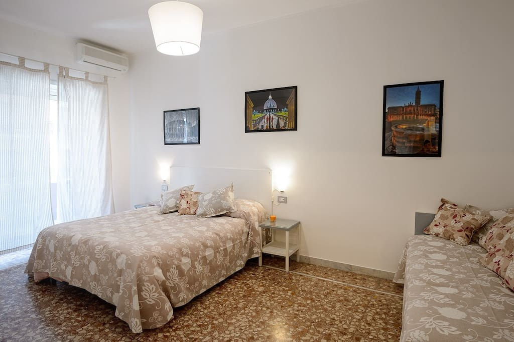 Peima stanza matrimoniale  con letto singolo ed accesso al primo balcone/ First double bedroom with extra single bed and access to the first balcony
