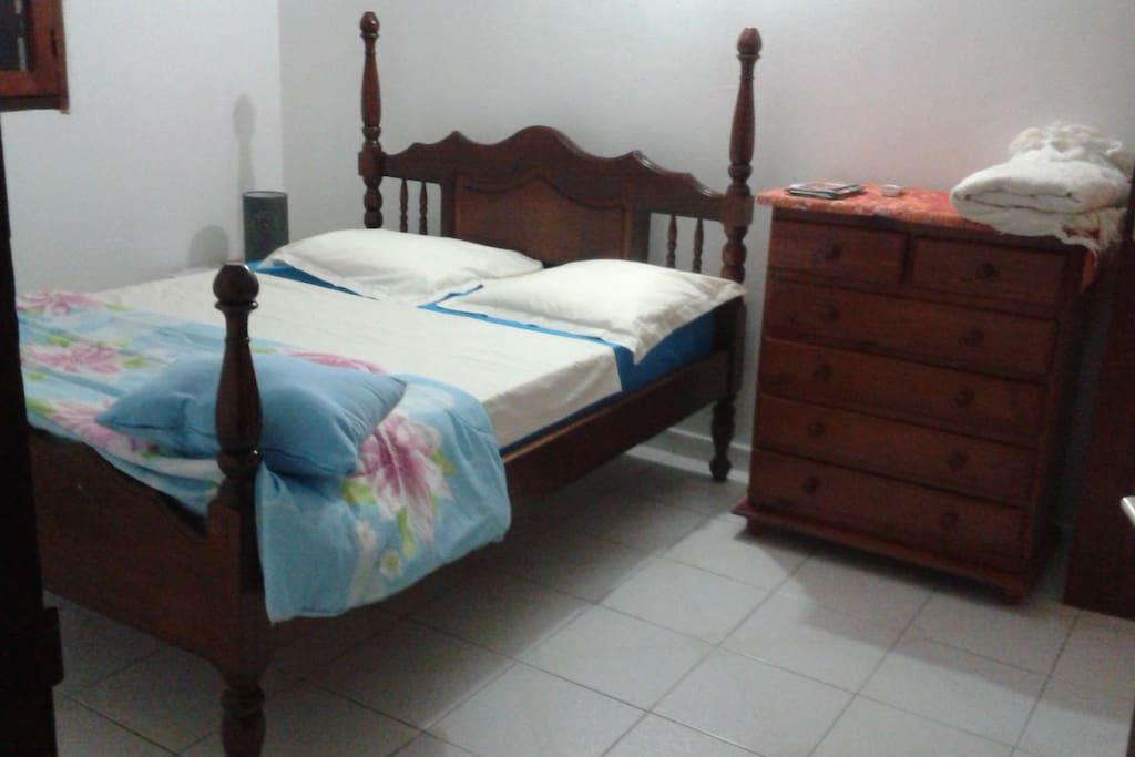 lit bois Mahogany, style ancien à colonnes.