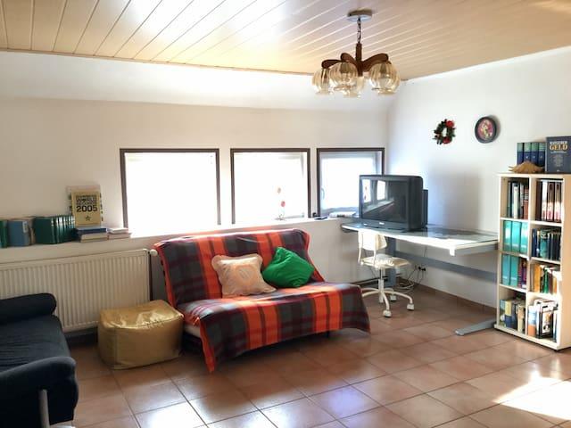 Ruhiges Haus (90 qm), 2 Ebene. - Illingen - Hus