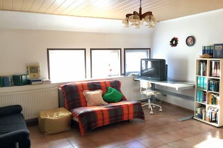 Ruhiges Haus (90 qm), 2 Ebene. - Illingen