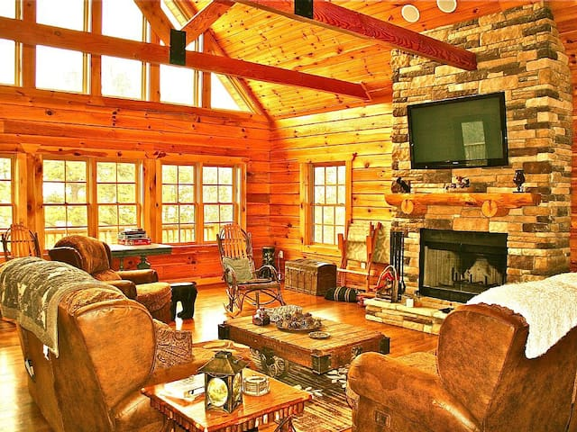 BEARFOOT LODGE - 4 BR Upscale Log Home on 5 Acres with Hot Tub, Hiking Trails