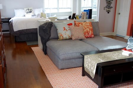Uptown Carriage House-Sunny, Homey, Walk Friendly! - Charlotte