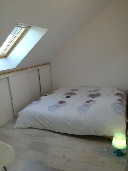 Chambre avec lit 180*200 et bureau