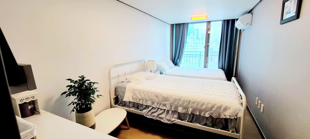 첫 번째방입니다. 퀸 침대와 수퍼싱글 침대, 그리고 여분 매트리스가 있습니다~