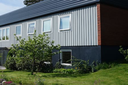 Centralt boende i både villa och stuga - Örnsköldsvik - Casa de campo