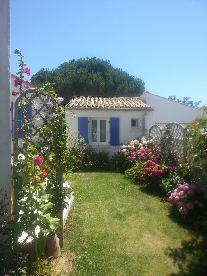 Petite maison dans un joli jardin