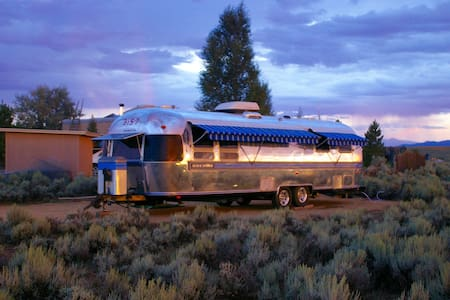 ....32' AIRSTREAM   MAGNIFICENT SET ON THE MESA. - Camper/RV