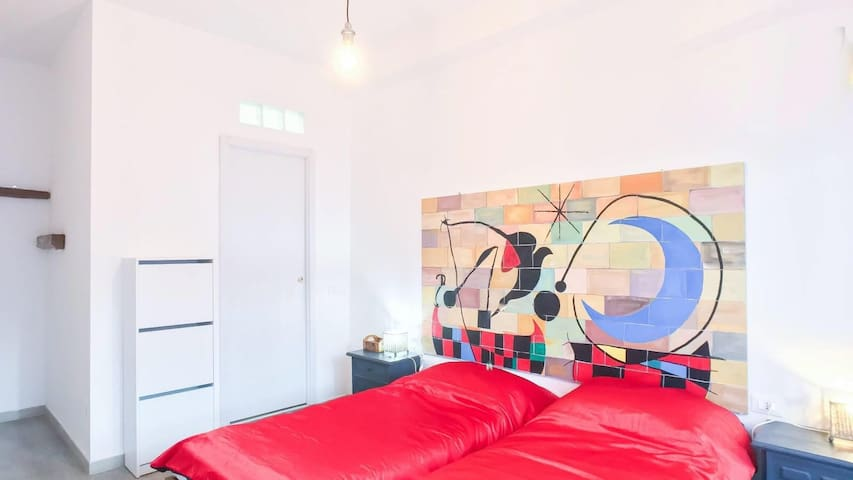 POP Art Europe Room with private bathroom   Twins comfortable beds - they can be joined for couples!