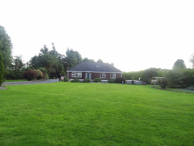 Family home on extensive mature landscaped gardens - Moate - Haus