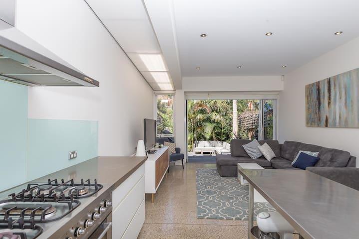Beautiful Open Plan 4 Bedroom Home. - Waterloo - Dom